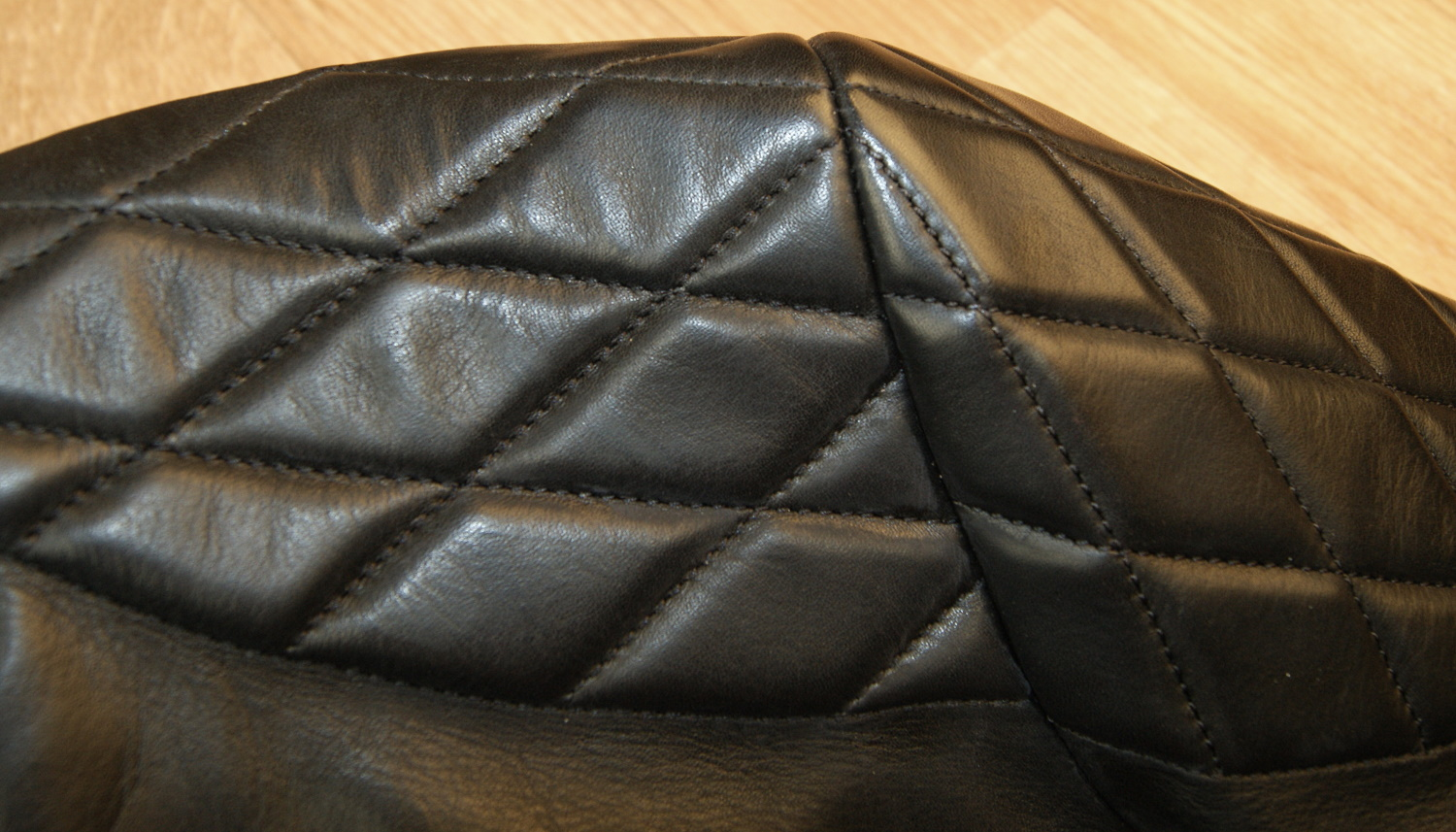 Thedi Phenix Black Horsehide THP15 shoulder quilting.jpg